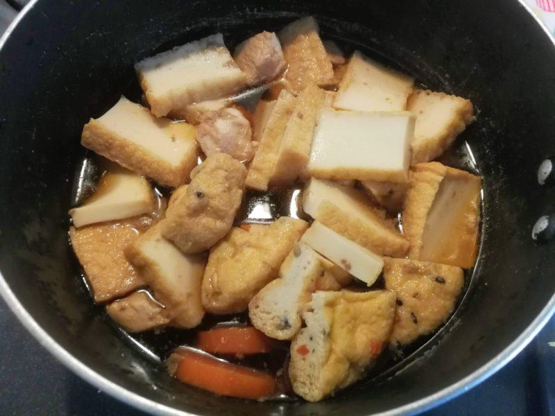 鶏肉と人参とがんもの煮付けの写真